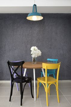 dining room with colorfull chairs and tin lamp designed by Dana Shaken פינת אוכל עם כיסאות צבעוניים ומנורה מפח. עיצוב- דנה שקד