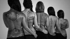 Lorsque deux arts de rencontrent : la photographie et le tatouage. Magnifique série de photos noir et blanc, réalisée par 'Anapa Productions, dévoilant les oeuvres du tatoueur Patu Mamatui. Alors que le festival Polynesia Tatau s'ouvre aujourd'hui, le tatouage s'affiche fièrement.