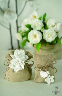 Nozze Shabby Chic | Sacchetti in lino color naturale, fiori in lino bianchi, accessori in legno bianco e nastrino in corda muta