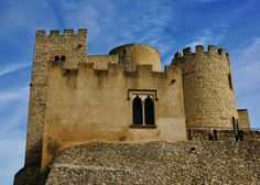 """CASTLES OF SPAIN - Castillo de Castellet, se encuentra en el parque natural del Foix, entre Barcelona y Tarragona. El castillo formó parte de la """"Marca Hispánica"""" (desde el año 977). La Marca hispánica era una frontera defensiva, cambiable en latitud, que empujaba y expulsaba a los árabes hacia el sur. Consistía en una vasta red de fortalezas que con sus visuales cubrían grandes extensiones de terreno, apoyando a las fuerzas de la Reconquista."""