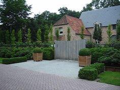 Garden / Property Entry with square planters, hedges. Villatuin te Oud-Turnhout Villatuin te Oud-Turnhout