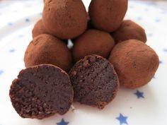 Schnelles Schokoladenmarzipan mundgerecht gekugelt... 100 g fein gemahlene blanchierte Mandeln 25 g Kakao-Pulver zum Backen 50 ml zuckerfreier Sirup Vanill