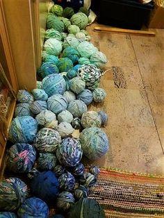 Tästä mä tykkään. Tällä Kiikan kunnasta peräisin olevalla tekniikalla olen tehnyt aika paljon mattoja sen jälkeen kun sen koulussa opin . Ke... Woven Rug, Woven Fabric, Loom Weaving, Hand Weaving, Cotton Silk Fabric, Rug Making, Rugs On Carpet, Fiber Art, Rag Rugs