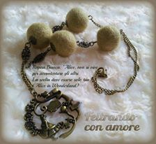 #collana con palline in #feltro #beige e #pendente ispirato a #aliceinwonderland