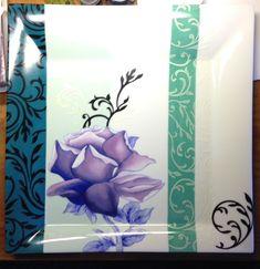 grand plat fleur au bleu de Cobalt et arabesques sur fond de trois tons de verts... association de couleurs originale.....