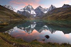 La Cordillera Huayhuash es una cadena montañosa de los Andes de Perú, que en apenas 30 kilómetros agrupa seis picos de más de 6.000 metros. Se encuentra en una región de muy difícil acceso, lo que le ha permitido conservarse prácticamente intacta, al ser mucho menos frecuentada que la más conocida Cordillera Blanca.