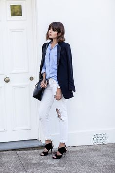 Голубая рубашка, белые джинсы, черный пиджак. Blue shirt, white jeans, black jacket.