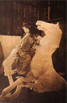 Lola Mora (1903) La escultora trabajando en una de sus obras mas conocidas: La fuente de las Nereidas. Fue emplazada originalmente en Paseo de Julio y Cangallo