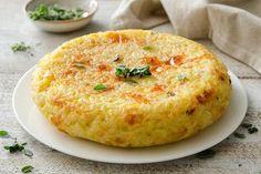 Calda o fredda la frittata di riso è una classica preparazione veloce e gustosa. Una ricetta che potete servire come piatto unico, ma anche un antipasto o un secondo accompagnato da verdure. Rice Recipes, Seafood Recipes, Snack Recipes, Antipasto, Veggie Dinner, Chicken Wing Recipes, Brunch, Original Recipe, Crepes