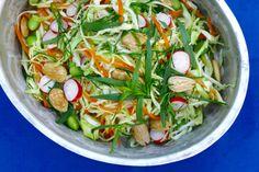 Dejlig smuk og sprød sommerslaw med et asiatisk twist fra den friske estragon. Salaten passer perfekt til sommerens grillkylling eller fisk. Vi spiste den til grillet kyllingfilét, som jeg havde kr…