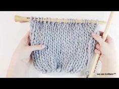 En este videotutorial, te explicamos cómo tejer una bufanda mágica con ovillos de lana gorda y agujas de tejer WE ARE KNITTERS. ¡Aprender a tejer nunca había...