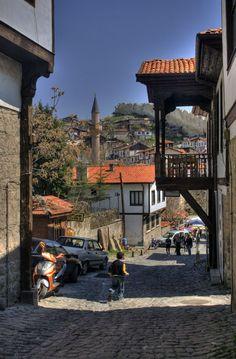 Beypazarı,Ankara Ankara'nın gezilesi,minik,sevimli ilçesi... Tarihi Ankara evlerini görüp,herbiri esnafa dönüşmüş halkından yerel ürünler satın alabilirsiniz. Ayrıca otele çevrilmiş Ankara evlerinde konaklamak da mümkün.(dipnot: günlerce kalmanizi gerektirecek bir yer değil :))