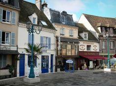 Dreux : Maisons, commerces, terrasse de café et lampadaires de la place Métézeau