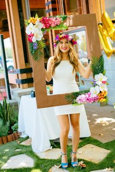 un cadre photobooth tropical à tenir à la main, idée originale pour prendre des photos de portrait