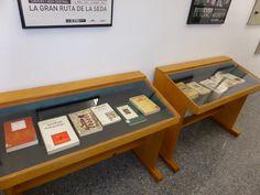 Mostra de selecció bibliogràfica amb motiu de la presentació de «La pluma y la cámara : antropología y memoria colonial en blanco y negro» de Hasan G. López 02/02/2016. En estes vitrines hi ha publicacions clàssiques d'antropòlegs de l'escola francesa com ara Leiris i de l'escola anglosaxona com ara Malinowski #EnVeuAltaALaBiblioteca #HasanGLópez #LaPlumaYLaCamara