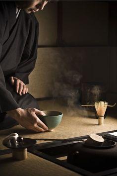 TEa ceremony in a tea house in Japon Wabi Sabi, Art Asiatique, Japanese Tea Ceremony, Tea Ceremony Japan, Tea Culture, Tea Art, Nihon, Japan Fashion, Japanese Culture