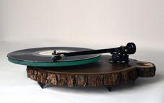 draaitafels-boomstammen Kent Walter en zijn vader begonnen onlangs met het produceren van deze rustieke platenspelers van walnoot hout.