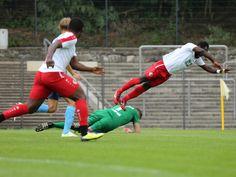 #Eke #Uzoma (rechts) fliegt