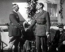 Le général de Gaulle, serrant la main du général Giraud, à la demande de Franklin Delano Roosevelt (au centre) et de Winston Churchill (à droite), lors de la Conférence d'Anfa à Casablanca le 17 janvier 1943
