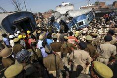 Equipes de resgate são vistas em local de acidente de trem na Índia nesta sexta-feira (20); dezenas de pessoas morreram (Foto: Reuters)   http://w500.blogspot.com.br/
