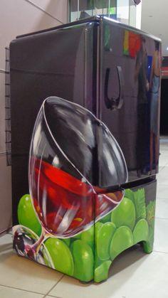 geladeira antiga de 1940 que  virou uma adega chiquérrima.....
