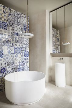 Salle de bain avec un mur en carreau de ciment. - Bathroom with a cement tile wall.