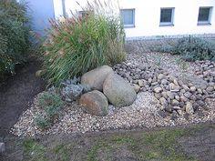Vorgarten mit Steinen und Gräsern