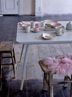 La Petite Anne: Růžová na podzim? No představ si to! Home Furniture, Modern Furniture, Furniture Design, Kitchen And Kitchenette, Tidy Room, Scandi Home, Pastel House, Shabby, Grey Table