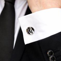 Cu un design atractiv in stil clasic, setul de nunta format din butoni camasa si ac cravata reprezinta o alegere mereu actuala pentru domnii stilati si rafinati. Butonii rotunzi cu model negru au greutate medie, iar acul de cravata confera un aer elegant tinutei tale. Aceste accesorii elegante se poarta la ocazii speciale si reprezinta cadoul perfect pentru un viitor mire. Butonii de camasa argintii si acul de cravata sunt realizati din inox. Produsele se livreaza intr-o cutiuta neagra… Cufflinks, Costumes, Model, Fashion, Moda, Dress Up Clothes, Fashion Styles, Fancy Dress