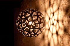 Luces y sombras en bambú.  Descubre la mágica atmósfera que crean las lámparas de David Trudridge.  Inspiradas en la naturaleza y diseñadas en bambú, son piezas únicas y artesanales. Descubre la colección completa.