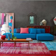 grey walls and blue sofa with colorful accents. Turquoise Room, Piece A Vivre, Grey Walls, Dark Walls, House Colors, Home And Living, Modern Living, Small Living, Colorful Interiors
