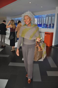 é cabelo grisalho, é silver. E com muito estilo Loving the yellow green pops of color and third color: turquoise! Fashion Over, Look Fashion, Winter Fashion, Silver Grey Hair, Gray Hair, Black Hair, Pelo Natural, Advanced Style, Ageless Beauty
