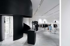 The store's aesthetic is inspired by Richard Serra's minimalist metallic sculptures, and conjures images of papyrus scrolls using metal panels in a hard, cold palette. Interior Design Institute, Interior Design Singapore, Black And White Interior, White Interior Design, Retail Architecture, Architecture Design, Interior Design Photography, Retail Space, Retail Shop