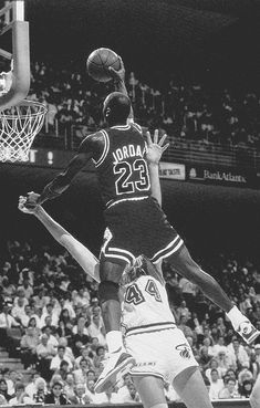 Michael Jordan going for the dunk 1989 Basketball Manga, Usc Basketball, Michael Jordan Basketball, Basketball Pictures, Jordan 23, Basketball Cards, Michael Jordan Wallpaper Iphone, Jordan Logo Wallpaper, Penny Hardaway
