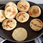 Et si vous profitiez du weekend pour tenter de faire des Batbouts ? C'est un pain cuit à la poêle que l'on fait beaucoup au Maroc. Rendez-vous sur #CuisinonsEnCouleurs pour la recette (lien direct dans la bio ☝️). Bon weekend