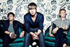 O trio de indie rock Foster The People divulgaram o novo clipe de Are You What You Want to Be? A faixa faz parte do álbum Supermodel, álbum lançado no início deste ano. O vídeo reúne cenas de shows e bastidores da turnê da banda e mostra os momentos de descontração dos rapazes, jogando ping…