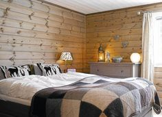 Soverom på fjellhytte. Cosy Bedroom, Make Blanket, Getaway Cabins, Home Fashion, Knitted Blankets, Decoration, Interior And Exterior, Rustic, Architecture