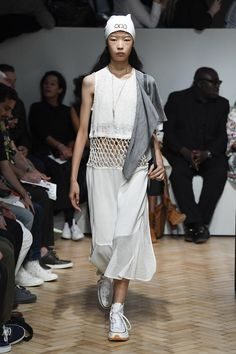 JW Anderson Spring 2019 Ready-to-Wear Fashion Show Collection: See the complete JW Anderson Spring 2019 Ready-to-Wear collection. Look 27 Knit Fashion, Star Fashion, High Fashion, London Fashion, Street Fashion, J W Anderson, London Spring, Summer Knitting, Vogue Russia