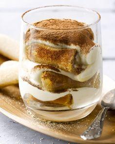 Tiramisu, wie houdt er niet van? Dit Italiaanse dessert is natuurlijk wel een caloriebommetje! Daarom maakten we een lichte versie met plattekaas, ook lekker!