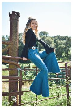 Flare Jeans Outfit, Flare Pants, Country Style Outfits, Southern Outfits, Country Western Outfits, Western Outfits Women, Western Dresses, Galactik Football, Black Bell Sleeve Top