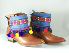 Kleiden Sie oben Ihre Stiefel mit diese einzigartigen und handgefertigten Abdeckungen Stiefel!  Sie sind Unikate, von hand gefertigt mit Denim Stoff und umfassen die folgenden Add-ons:  -Pom Poms Farben Indiens -ethnische Indien Volant  Hintere Liniertes Denim Stoff.  Fit rund um Stiefel und hinten mit einer Schnur gebunden.  Das Schnitzen ist einzigartig und passend für jedes Boot. Maßnahmen 24,50 x 12 cm.  Sie können auch für Sandalen oder als Stulpe für den Unterarm verwendet werden…