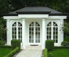 kleines, feines Gartenhaus Haus mit zwei Vollsäulen ( Durchmesser 25 cm, verjüngt auf 21 cm ) und zwei Halbsäulen rechts und links.