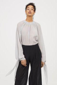 Блузка из смесового шелка - Светло-серый - Женщины | H&M RU 1