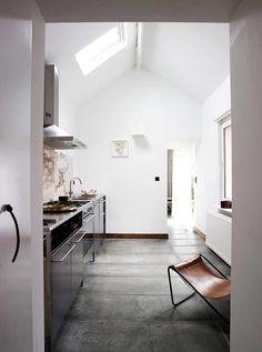 Cuisine inox - j'aime le format de ces très grands carreaux au sol, façon béton ciré #kitchen #stainless steel #tile