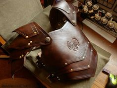 larp-pics: Dahani Chestplate and Pauldrons by ~rassaku Larp Armor, Medieval Armor, Leather Armor, Leather Chain, Man Pad, Pauldron, Leather Craft Tools, Fantasy Armor, Fantasy Costumes