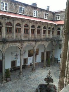 Uno de los cuatro patios del Hostal de los Reyes Católicos en Santiago de Compostela.