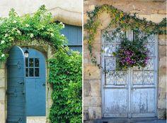 As plantas trepadeiras fazem uma bela moldura para portas e janelas.