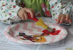 Brincadeira com pincel e tinta para bebês Birthday, Kids, Top, Activities For Toddlers, Kids Activity Ideas, Infant Activities, Edible Paint, 18 Months, Activities