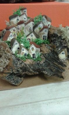 Very cool way to combine driftwood and stones! Stone Crafts, Rock Crafts, Diy Arts And Crafts, Diy Crafts, Pebble Painting, Pebble Art, Stone Painting, Pottery Houses, House On The Rock