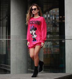 Lista para conocer la nueva colección #HMoschino 💥 @hm @moschino Natalia Merino, Moschino, Runway Fashion, Women's Fashion, Hoodies, Sweatshirts, Cute Tops, Missoni, Balmain